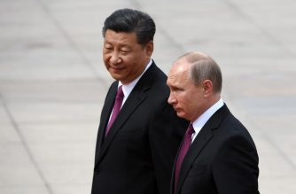 Russia's President Vladimir Putin (R) reviews a military honour guard with Chinese President Xi Jinping (L) during a welcoming ceremony outside the Great Hall of the People in Beijing on June 8, 2018. Putin arrived on June 8 for a state visit to China and will attend the Shanghai Cooperation Organisation Leaders Summit in the eastern port city of Qingdao on June 9-10. / AFP PHOTO / POOL / Greg BAKER