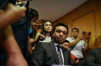 Senator Antonio Trillanes (C) is surrounded by journalists as he posts bail at the Makati police station after being arrested in Manila on September 25, 2018.  /AFP/ Noel Celis/