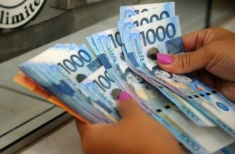 (File photo) A customer counts Philippines peso notes after trading his US dollars for Philippine pesos in Manila on September 8, 2015. The Philippine peso weakened to its lowest level in five years on September 8, with investors jittery over a looming interest rate increase in the United States, dealers said.   AFP PHOTO / Jay DIRECTO / AFP PHOTO / JAY DIRECTO