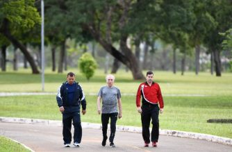 Brazilian President Michel Temer (C), accompanied by his bodyguards, takes a morning walk in the gardens of the Juburu residential palace in Brasilia, on January 4, 2018. - Temer must go to Sao Paulo on January 4 to continue the medical treatment due to a urinary infection. (Photo by EVARISTO SA / AFP)