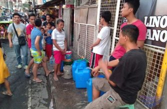 (File photo) People lining up for water has become an everyday scene last summer after Manila Water Company implemented severe water interruptions that started in March.  This scene could be repeated as the two water concessionaires Manila Water and Maynilad again implement regular water service interruptions starting Thursday night, Oct. 24, 2019. (Eagle News Service)