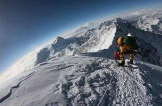 (FILES) In this file photo taken on May 17, 2018, mountaineers make their way to the summit of Mount Everest, as they ascend on the south face from Nepal. - Two more climbers have died on Everest, expedition organisers and officials said on May 25, taking the toll from a deadly week on the overcrowded world's highest peak to ten. (Photo by Phunjo LAMA / AFP)