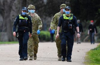 Police officers and soldiers patrol a popular running track in Melbourne on August 4, 2020 after the state announced new restrictions as the city battles fresh outbreaks of the COVID-19 coronavirus. - Australia's Victoria state imposed fresh, sweeping restrictions on August 2, 2020, including a curfew in Melbourne for the next six weeks, a ban on weddings, and schools and universities going back online in the coming days. (Photo by William WEST / AFP)