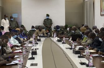 """Colonel Assimi Goita (C-L) speaks to the press at the Malian Ministry of Defence in Bamako, Mali, on August 19, 2020 after confirming his position as the president of the National Committee for the Salvation of the People (CNSP). - The military junta that took power in Mali on August 19, 2020, asked that the population resume """"its activities"""" and cease """"vandalism"""" the day after the coup that ousted President Ibrahim Boubacar Keita and his government. (Photo by MALIK KONATE / AFP)"""