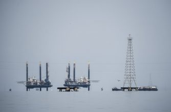 Oil platforms are photographed over Maracaibo lake on May 2, 2018 in Maracaibo, Venezuela. - Amid blackouts, skyrocketing prices, shortage of food, medicine and transportation, Venezuelans go to elections next May 20 anguished to survive one of the worst crisis in the oil country. (Photo by Federico PARRA / AFP)