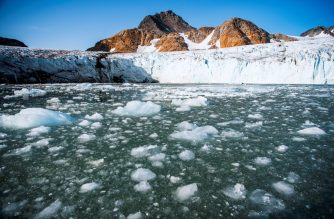 A picture taken on August 17, 2019 shows bergy bits and growlers floating in front of the Apusiajik glacier, near Kulusuk (aslo spelled Qulusuk), a settlement in the Sermersooq municipality located on the island of the same name on the southeastern shore of Greenland. (Photo by Jonathan NACKSTRAND / AFP)