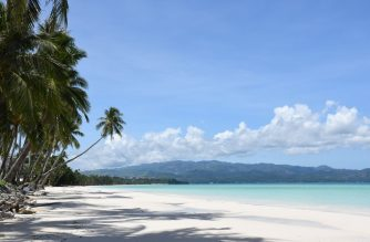 This photo taken on June 17, 2020 shows a general shot of empty famous white beach of Boracay Island in central Philippines, as community quarantine against COVID-19 still continues throughout the country, with foreign tourists still banned on beaches. (Photo by Ernesto CRUZ / AFP)
