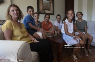 Elena Sanchez (L) and her husband Pablo Sanchez (C) pose with their children Chechu (2L), Laura (3L), Amelia (2R), Jorge (3R) and Carolina (R) at their home in Madrid on September 2, 2020. - With coronavirus cases surging as a new school year begins, many Spanish parents are refusing to send their children back to class despite the threat of sanctions. (Photo by PIERRE-PHILIPPE MARCOU / AFP)