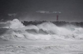 Waves crash on the coast as Typhoon Haishen approaches in Makurazaki, Kagoshima prefecture on September 6, 2020. - Typhoon Haishen headed toward southern Japan on September 6, with officials warning of record rainfall and winds strong enough to snap power poles and flip vehicles. (Photo by CHARLY TRIBALLEAU / AFP)