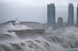 High waves batter the coastline as Typhoon Haishen approaches in the southeastern port city of Busan on September 7, 2020. - Powerful Typhoon Haishen approached South Korea on September 7 after slamming southern Japan with record winds and heavy rains that prompted evacuation warnings for millions. (Photo by - / YONHAP / AFP) / - South Korea OUT / REPUBLIC OF KOREA OUT  NO ARCHIVES  RESTRICTED TO SUBSCRIPTION USE