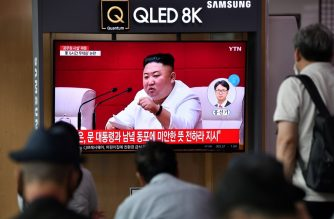 "People watch a television news broadcast showing file footage of North Korean leader Kim Jong Un, at a railway station in Seoul on September 25, 2020. - North Korean leader Kim Jong Un apologised on September 25 over the killing of a South Korean at sea, calling it an ""unexpected and disgraceful event"", Seoul's presidential office said. (Photo by Jung Yeon-je / AFP)"