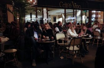 People have drinks on a bar's terrasse in Paris on September 26, 2020, two days before new measures come into effect to curb the spread of Covid-19. - France has reacted to the swift re-emergence of Covid-19 hotspots by reimposing restrictions like earlier closing for bars on 12 large towns and cities, including the capital Paris, starting on September 28. (Photo by GEOFFROY VAN DER HASSELT / AFP)