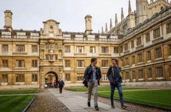 Students walk through Cambridge University in Cambridge, east of England, on March 14, 2018. (Photo by Tolga Akmen / AFP)