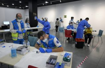 Medical workers of the Medical Emergency Services of Madrid (SUMMA 112) run rapid tests for COVID-19 at the Lope de Vega Cultural Center in the Vallecas neighbourhood, in Madrid, on October 1, 2020 while testing for potential coronavirus disease cases. - Spain's government published a decree extending drastic restrictions across the capital today, with partial lockdown measures to come into play within 48 hours, despite fierce opposition from Madrid's regional authorities. (Photo by OSCAR DEL POZO / AFP)