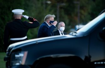US President Donald Trump (C) walks off Marine One while arriving at Walter Reed Medical Center in Bethesda, Maryland on October 2, 2020, after testing positive for covid-19. - President Donald Trump will spend the coming days in a military hospital just outside Washington to undergo treatment for the coronavirus, but will continue to work, the White House said Friday (Photo by Brendan Smialowski / AFP)