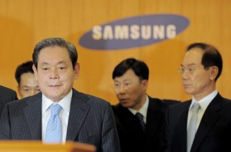 (FILES) In this file photo taken on April 22, 2008 Lee Kun-Hee (L), chairman of South Korea's largest group Samsung, arrives to hold a press conference as the vice chairman Lee Hak-Soo (R) is seen at the group's headquarters in Seoul. - Lee died on October 25 at the age of 78, the company said. (Photo by Jung Yeon-je / AFP)