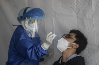 A health worker of the city government carries out a COVID-19 test in Coyoacan neighbourhood in Mexico City on October 26, 2020, amid the novel coronavirus pandemic - The virus has claimed at least 1,155,301 lives worldwide, 88,924 in Mexico, since it first emerged in China late last year, according to an AFP tally at 1100 GMT on Monday based on official sources. (Photo by Pedro PARDO / AFP)