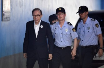 (FILES) In this file photo taken on September 06, 2018 former South Korean president Lee Myung-bak (L) arrives at a court to attend his trial in Seoul. - Lee was ordered back to prison on October 29, 2020 as the country's Supreme Court upheld a 17-year jail term for bribery and embezzlement offences. (Photo by Jung Yeon-je / AFP)
