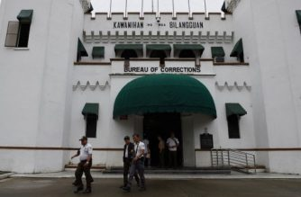 (File photo) Prison guards walk past the main building of the national penitentiary in suburban Manila's Muntinlupa City on September 28, 2016, hours after knife attacks inside the prison premises. - A man accused by Philippine President Rodrigo Duterte of being the nation's top drug trafficker was injured and a gang member killed during jailhouse knife attacks on September 28, authorities said. (Photo by TED ALJIBE / AFP)