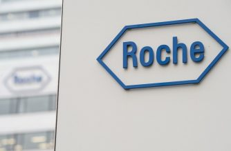 A picture shows the logo of Swiss pharmaceutical giant Roche at its headquarters in Basel on February 17, 2015. AFP PHOTO / SEBASTIEN BOZON (Photo by SEBASTIEN BOZON / AFP)
