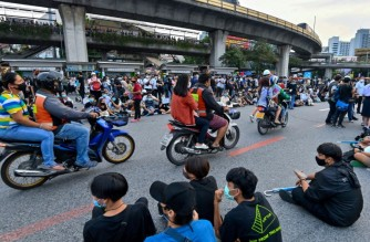 Many motortaxi drivers say they sympathize with the protesters' goals -- and are happy to lend a helping hand. (AFP photo)