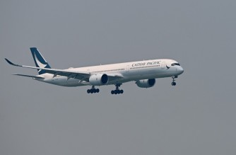 A Cathay Pacific passenger plane prepares to land at Hong Kong's international airport on March 13, 2019. - Hong Kong flag carrier Cathay Pacific on March 13 announced a net profit of HK$2.35 billion ($299 million) last year, ending two successive annual losses after a massive overhaul. (Photo by Anthony WALLACE / AFP)