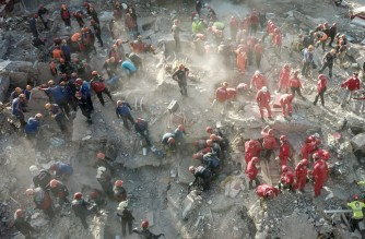 This aerial view taken on November 2, 2020 in Izmir shows search and rescue teams looking for victims at the site of a collapsed building in Izmir after a powerful earthquake struck Turkey's western coast and parts of Greece. - Rescue workers were searching eight buildings in Izmir on November 1, despite dwindling hope for survivors, as the death toll of a powerful magnitude earthquake which hit western Turkey rose to 49. The 7.0-magnitude quake has also injured 896 in Turkey, the Turkish emergency authority AFAD said, after striking on October 30 afternoon near the west coast town of Seferihisar in Izmir province. (Photo by Ozan KOSE / AFP)