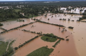 Areal view of a flooded area due to the heavy rains caused by Hurricane Eta, now degraded to a tropical storm, in Machaca village Puerto Barrios, Izabal 277 km north Guatemala City on November 5, 2020. - At least four people, including two children, died in landslides as tropical storm Eta swept through Guatemala, civil protection officials said Thursday. The death toll from hurricane Eta rose to at least 12 Thursday as it spun itself out into a tropical depression in Central America, while rising floodwaters and a wake of destruction in Nicaragua, Honduras and Guatemala left thousands without shelter and at risk of landslides. (Photo by Carlos ALONZO / AFP)
