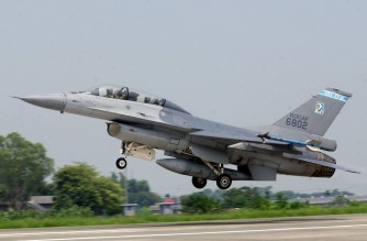 (FILES) In this file photo taken on August 19, 2003 a US-made F16 figther jet takes off at Chiayi Airforce Base during a demonstration for members of the media. - Taiwan has grounded all of its F16 fighter jets for safety checks as rescuers continue to search for one that went missing during a training exercise, authorities said on November 18, 2020. (Photo by Sam YEH / AFP)