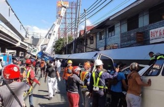 One dead, at least four hurt after steel girder from Skyway project falls on vehicles in Muntinlupa