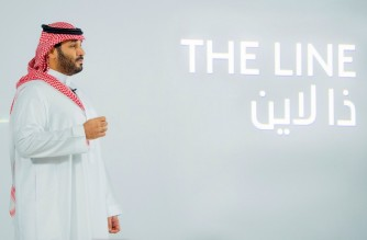 """A handout picture provided by the Saudi Royal Palace on January 10, 2021, shows Saudi Crown Prince Mohammed bin Salman launching 'The Line', a green city that can accomodate about one million people, at NEOM, an area in the north-west of the kingdom currently under development . - Saudi Arabia, the world's largest exporter of crude oil, announced today the launch of the green city with """"zero cars, zero roads, zero CO2 emissions"""". NEOM is on the list of the many mega-projects underway, intended to diversify the economy of Saudi Arabia which depends very largely on the export of oil. (Photo by BANDAR AL-JALOUD / various sources / AFP) / RESTRICTED TO EDITORIAL USE - MANDATORY CREDIT """"AFP PHOTO / SAUDI ROYAL PALACE / BANDAR AL-JALOUD"""" - NO MARKETING - NO ADVERTISING CAMPAIGNS - DISTRIBUTED AS A SERVICE TO CLIENTS"""