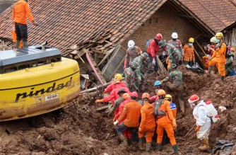 This handout photo taken on January 13, 2021 and released by Indonesian National Board for Disaster Management (BNPB) shows rescuers searching for victims after landslides killed at least 21 people and scores more were missing in Sumedang, West Java province. (Photo by HANDOUT / Indonesian National Board for Disaster Management (BNPB) / AFP) / RESTRICTED TO EDITORIAL USE - MANDATORY CREDIT / Indonesian National Board for Disaster Management (BNPB) /AFP PHOTO/NO MARKETING - NO ADVERTISING CAMPAIGNS - DISTRIBUTED AS A SERVICE TO CLIENTS