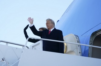 US President Donald Trump and First Lady Melania Trump wave as they board Air Force One at Joint Base Andrews in Maryland on January 20, 2021. - President Trump travels to his Mar-a-Lago golf club residence in Palm Beach, Florida, and will not attend the inauguration for President-elect Joe Biden. (Photo by ALEX EDELMAN / AFP)
