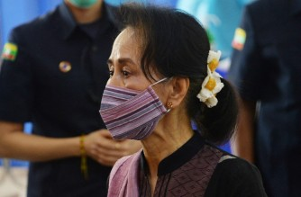 Myanmar's State Counsellor Aung San Suu Kyi looks on as health workers receive a vaccine for the Covid-19 coronavirus at a hostipal in Naypyidaw on january 27, 2021. (Photo by Thet Aung / AFP)