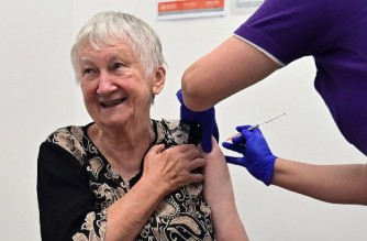 Jane Malysiak, 84, reacts as she becomes the first person in Australia to receive a dose of the Pfizer/BioNTech Covid-19 vaccine at the Castle Hill Medical Centre in Sydney on February 21, 2021. (Photo by Steven SAPHORE / AFP)