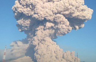 """This handout photo taken on March 2, 2021 and released by the Indonesia Geological Agency shows Mount Sinabung spewing hot ash into the sky, as seen from Karo, North Sumatra. (Photo by HANDOUT / Indonesia Geological Agency / AFP) / RESTRICTED TO EDITORIAL USE - MANDATORY CREDIT """"AFP PHOTO / Indonesia Geological Agency """" - NO MARKETING - NO ADVERTISING CAMPAIGNS - DISTRIBUTED AS A SERVICE TO CLIENTS"""