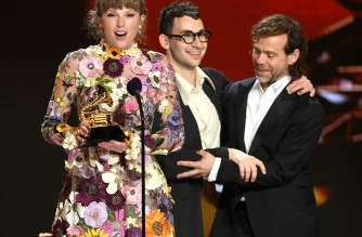 LOS ANGELES, CALIFORNIA - MARCH 14: (L-R) Taylor Swift, Jack Antonoff, and Aaron Dessner accept the Album of the Year award for 'Folklore' onstage during the 63rd Annual GRAMMY Awards at Los Angeles Convention Center on March 14, 2021 in Los Angeles, California.   Kevin Winter/Getty Images for The Recording Academy/AFP (Photo by KEVIN WINTER / GETTY IMAGES NORTH AMERICA / Getty Images via AFP)
