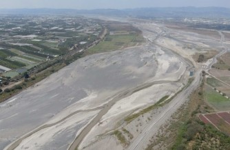 This picture taken on March 16, 2021 shows an aerial view of the dry Ai Liao River bed in Taiwan's Pingtung county. - More than one million households and businesses in Taiwan's heavily industrialised central regions were put on water rationing on April 6, 2021, as the island battles its worst drought in 56 years. (Photo by Sam Yeh / AFP)
