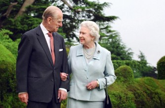 (FILES) In this file photo taken in 2007 and released 18 November 2007 shows Britain's Queen Elizabeth II and her husband, Britain's Prince Philip, Duke of Edinburgh (L) walking at Broadlands, Hampshire, earlier in the year. - Queen Elizabeth II's husband Prince Philip, who recently spent more than a month in hospital and underwent a heart procedure, died on April 9, 2021, Buckingham Palace announced. He was 99. (Photo by Fiona HANSON / POOL / AFP)