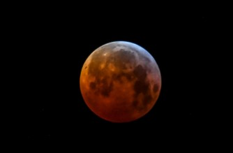 A picture taken on January 21, 2019 shows the so-called Super Blood Wolf Moon over Godewaersvelde, northern France. (Photo by PHILIPPE HUGUEN / AFP)