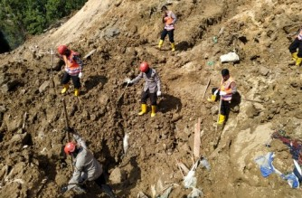 Rescuers search for survivors after a rain-sparked landslide killed at least nine people near a Chinese-backed power plant in Batang Toru, South Tapanuli, North Sumatra on May 4, 2021. (Photo by Oktafianus / AFP)