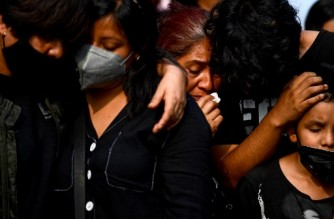 Relatives attend Juan Luis Diaz Galicia's funeral in Mexico City on May 5, 2021. - Juan Luis Diaz died in a train accident after an elevated metro line collapsed in Mexico's capital. (Photo by PEDRO PARDO / AFP)