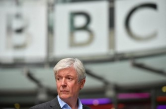 """(FILES) In this file photo taken on November 15, 2018 the  Director-General of the BBC Tony Hall is seen waiting to greet Britain's Prince William, Duke of Cambridge, and Britain's Catherine, Duchess of Cambridge, as the royal couple visit BBC Broadcasting House in London, to view the work the broadcaster is doing as a member of The Duke's Taskforce on the Prevention of Cyberbullying. - Tony Hall, the former BBC chief who was criticised for his """"woefully ineffective"""" probe into Martin Bashir's deception in securing a bombshell interview with Princess Diana, resigned on May 22, 2021, as chair of Britain's National Gallery. (Photo by Ben STANSALL / POOL / AFP)"""