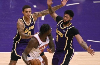 LOS ANGELES, CALIFORNIA - MAY 11: Julius Randle #30 of the New York Knicks is trapped by Anthony Davis #3 and Kyle Kuzma #0 of the Los Angeles Lakers during a 101-99 Laker win in overtime at Staples Center on May 11, 2021 in Los Angeles, California.   Harry How/Getty Images/AFP NOTE TO USER: User expressly acknowledges and agrees that, by downloading and or using this photograph, User is consenting to the terms and conditions of the Getty Images License Agreement. (Photo by Harry How / GETTY IMAGES NORTH AMERICA / Getty Images via AFP)