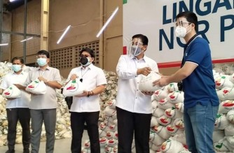 Mayor Vico Sotto of Pasig City (wearing blue) receives care packages from the Iglesia Ni Cristo (INC) or Church Of Christ on April 28, 2021. (Contributed photo. Courtesy Lewis Ram Ramirez)