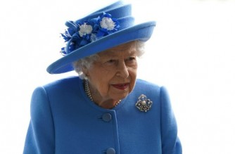 Britain's Queen Elizabeth II tours AG Barr's factory in Cumbernauld, east of Glasgow, where the Irn-Bru drink is manufactured on June 28, 2021. - The Queen is in Scotland for Royal Week where she will be undertaking a range of engagements celebrating community, innovation and history. (Photo by Andrew Milligan / POOL / AFP)