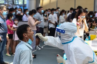 A resident receives nucleic acid test for the Covid-19 coronavirus in Nanjing, in eastern Jiangsu province on July 21, 2021. (Photo by STR / AFP) / China OUT