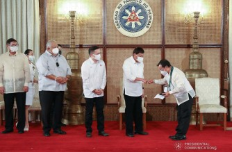 President Rodrigo Roa Duterte awards 1996 Atlanta Olympics boxing silver medalist Mansueto Velasco with P500,000 from the Office of the President during the awarding of incentives to the medalists and other athletes who competed in the 2020 Tokyo Olympics at the Malacañang Palace on August 23, 2021. TOTO LOZANO/ PRESIDENTIAL PHOTO