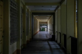 """In this photo taken on September 8, 2021, a deserted school hallway is seen in Quezon City, suburban Manila, ahead of another school year of remote lessons in the country due to the pandemic. - Classrooms in the Philippines were silent on September 13, 2021 as millions of school children hunkered down at home for a second year of remote lessons that experts fear will worsen an educational """"crisis"""". (Photo by Jam STA ROSA / AFP) / TO GO WITH AFP STORY PHILIPPINES-HEALTH-VIRUS-EDUCATION,FOCUS BY CECIL MORELLA"""