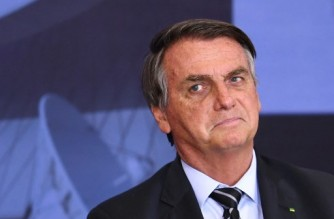 (FILES) In this file photo taken on September 14, 2021 Brazilian President Jair Bolsonaro gestures during the Marechal Rondon Communications Award ceremony at the Planalto Palace in Brasilia. - Brazilian President Jair Bolsonaro's popularity rating fell to its lowest level in two years and nine months in office, with only 22% of those in favour, according to a poll published on September 16 by the Datafolha Institute. (Photo by EVARISTO SA / AFP)